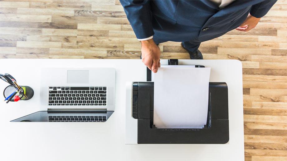 abogado-con-impresora